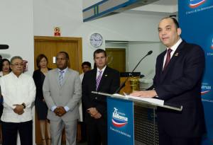 administrador general de Banreservas, Enrique Ramírez Paniagua, pronuncia el discurso inaugural de la oficina de esa entidad financiera en el MERCA Santo Domingo.