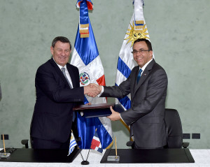 Andrés Navarro, y su homólogo de Uruguay, Rodolfo Nin Novoa.