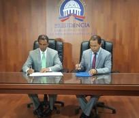 Domingo Contreras de la DIGEPEP y el doctor Juan Oviedo, presidente de Optica Oviedo