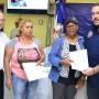 Víctor Gómez Casanova, director de Autoridad Portuaria, entrega a viudas las prestaciones de dos ex trabajadores ya fallecidos.