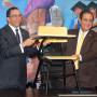 Andrés Navarro entrega butacas al rector de la UASD