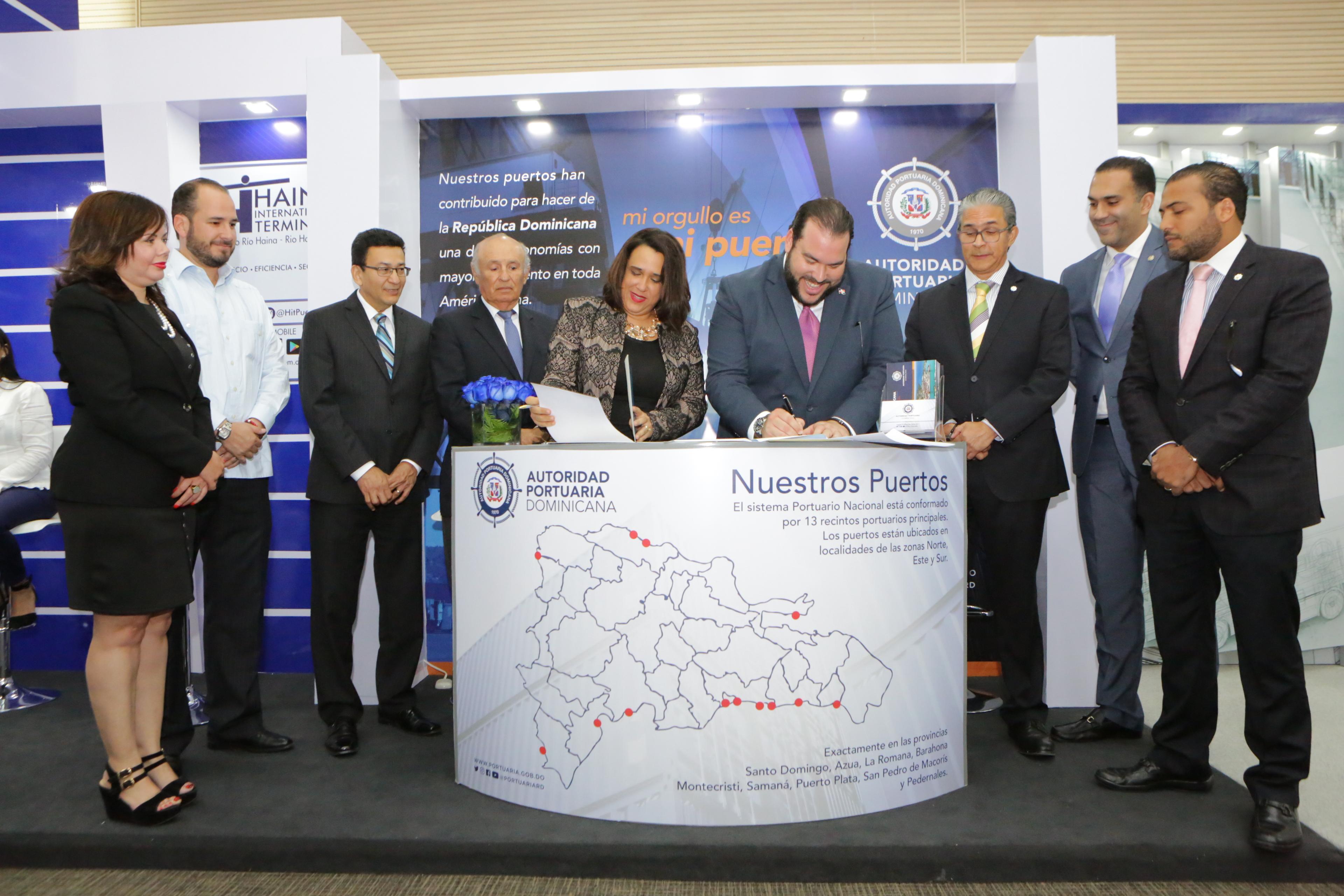 Momento de la firma del acuerdo Portuaria Centrocamara
