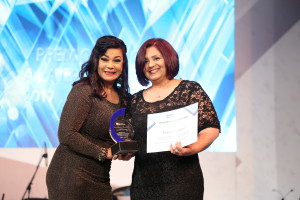 Jacqueline Ramos, presidenta de la ADCS entrega la placa de reconociimiento a Patricia Leonor, ganadora del Gran Premio a la Trayectoria