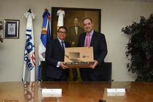 El presidente de Indotel, José Del Castillo Saviñón, y el director general de INDOCAL, Manuel Guerrero, firman un convenio de donación de equipos computacionales.