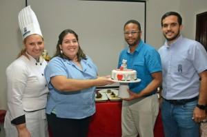 Juan Miguel Matos de Foxmagazinerd.com se ganó el pastel en la rifa. Entrega Verónica Diaz, Salvador Nunziata y la chef Annie Camacho.