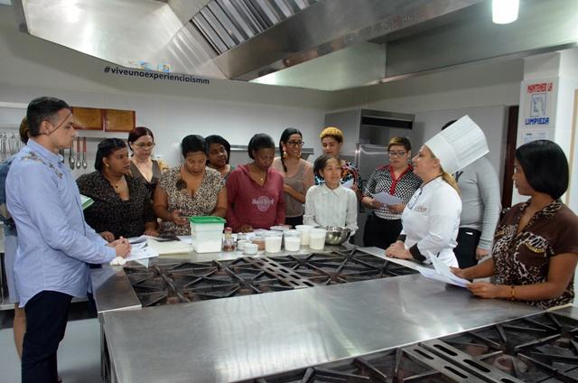 Momento en que la Chef Annie Camacho explica los postres que elaborara.