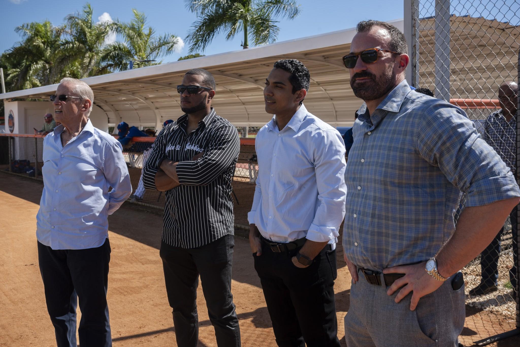 Visita de plana mayor de los Mets a las instalaciones. Fred Wilpon, Robinson Canó,  Luis Rojas y  Mickey Callaway