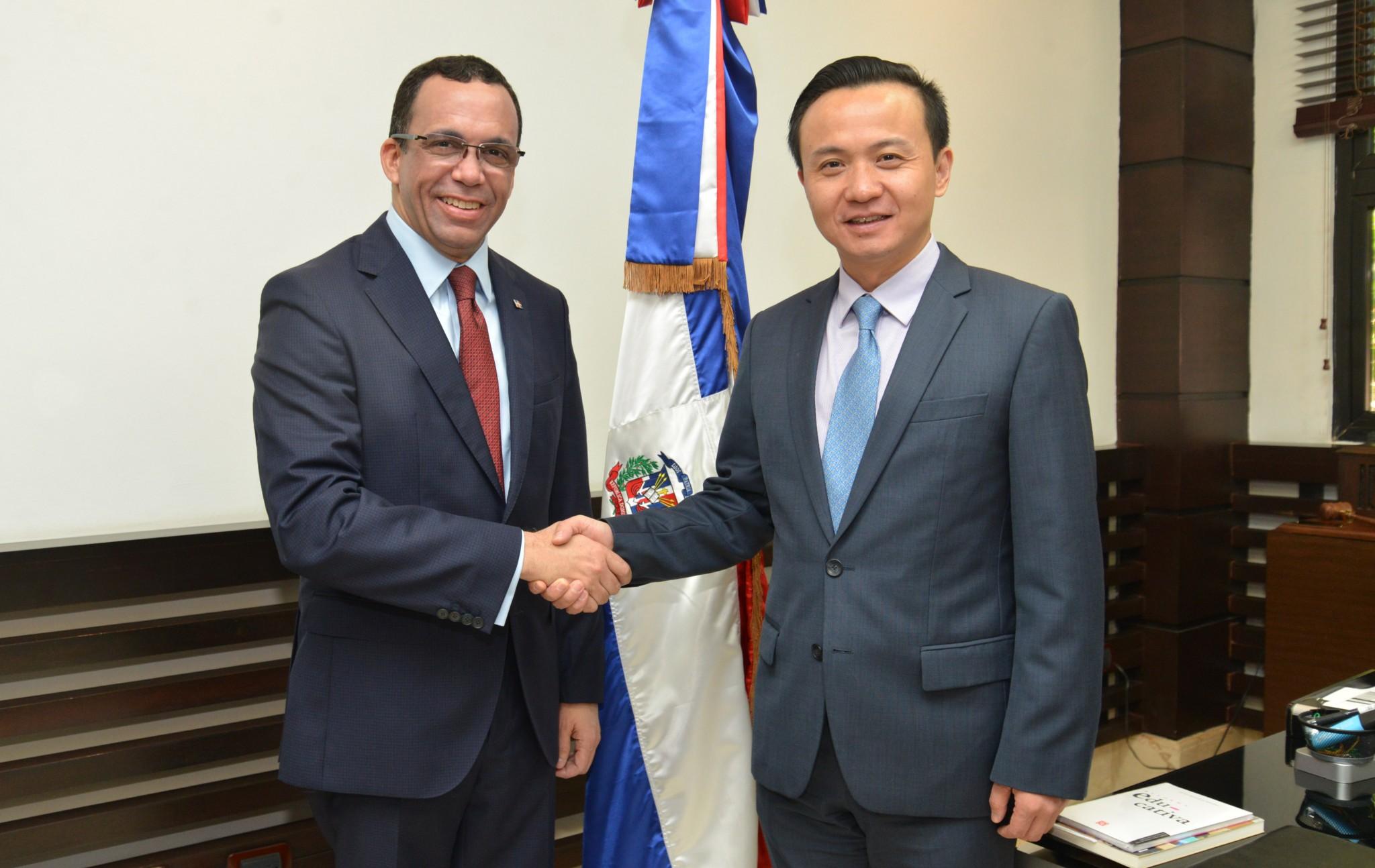 Ministro de educacion junto a embajador chino