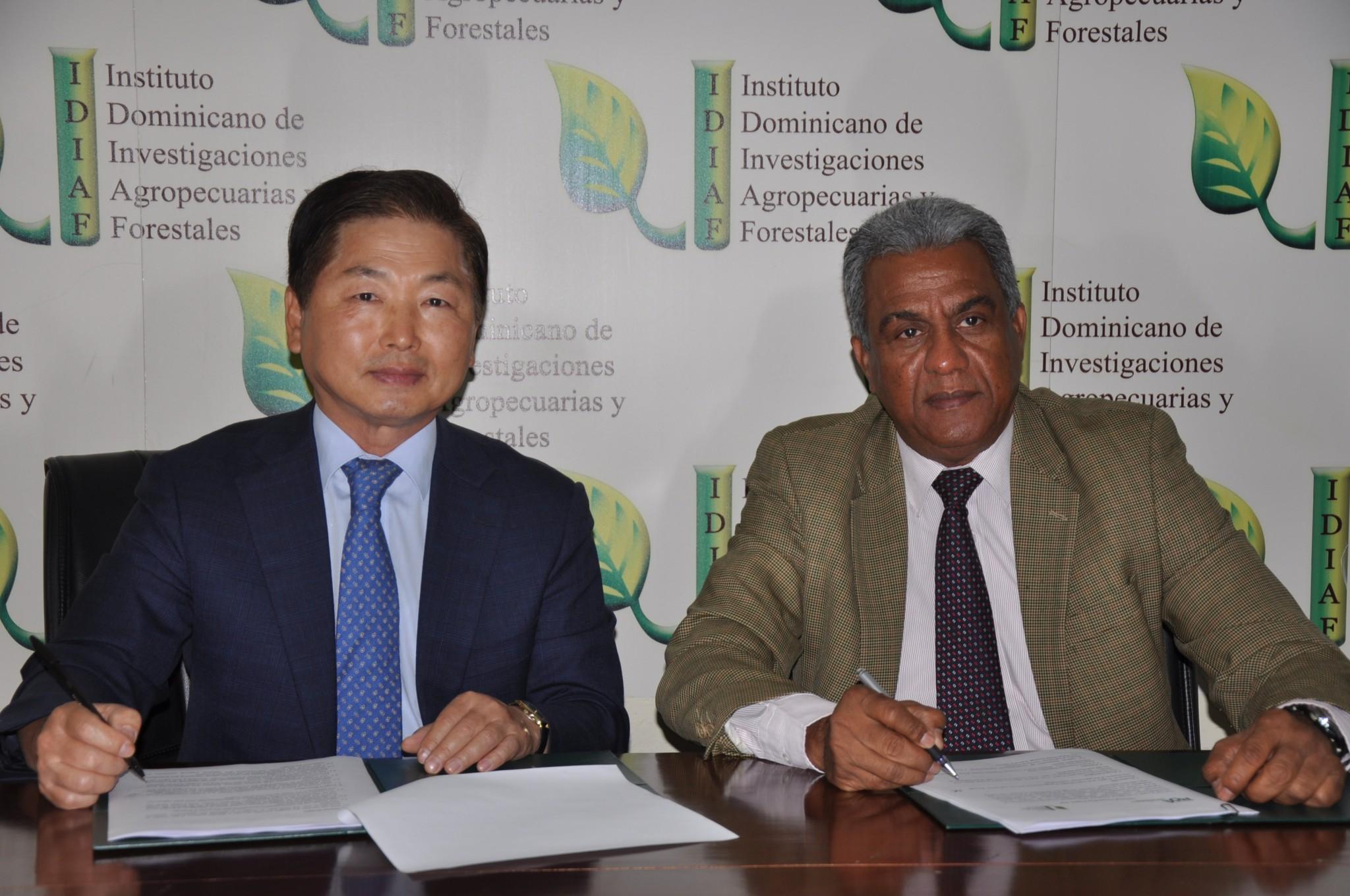 El doctor Young Bum Kim, director de la Oficina Kopia-RD (izquierda) y el ingeniero Rafael Pérez Duvergé, director ejecutivo del Idiaf, firman acuerdo de colaboración para introducción de tecnología coreana para la mecanización de prácticas de producción agrícolas en el cultivo de arroz.