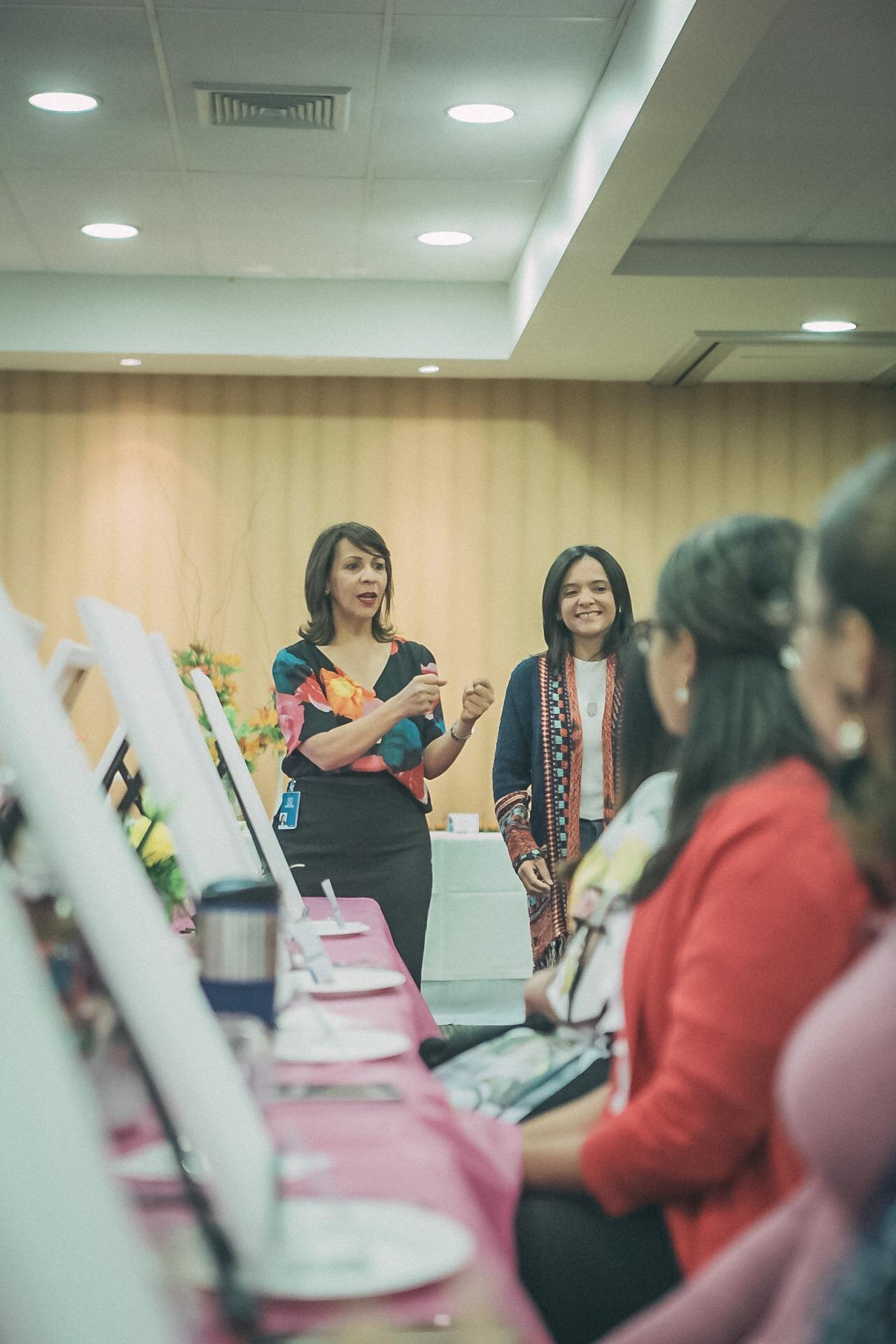 APAP Mildred MInaya y Rosa Ortega mientras daban la bienvenida.