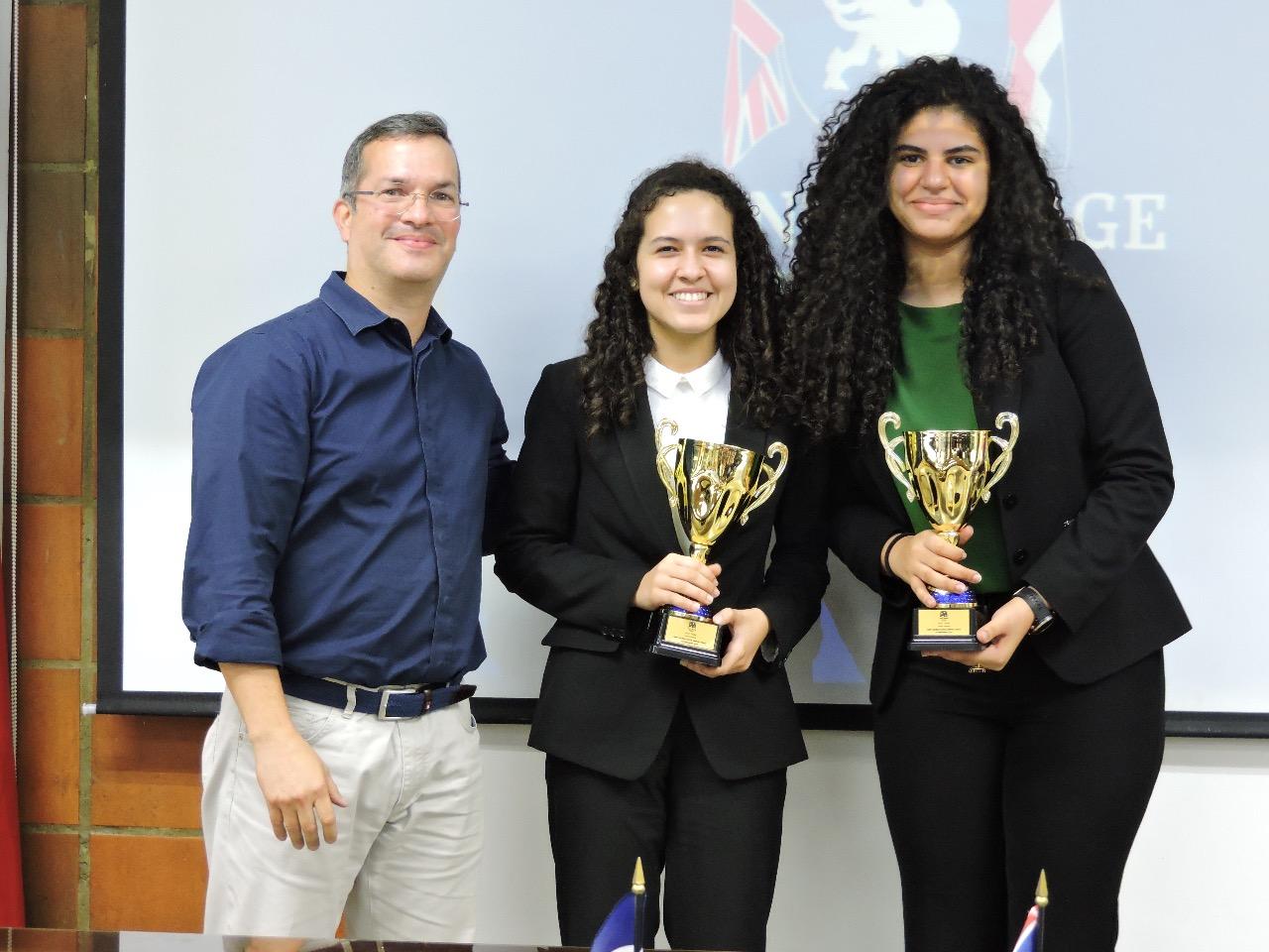 Reynaldo Martínez de DIAR junto a Annabelle Aquino y Ana Hernández, ganadoras categoría Junior Varsity