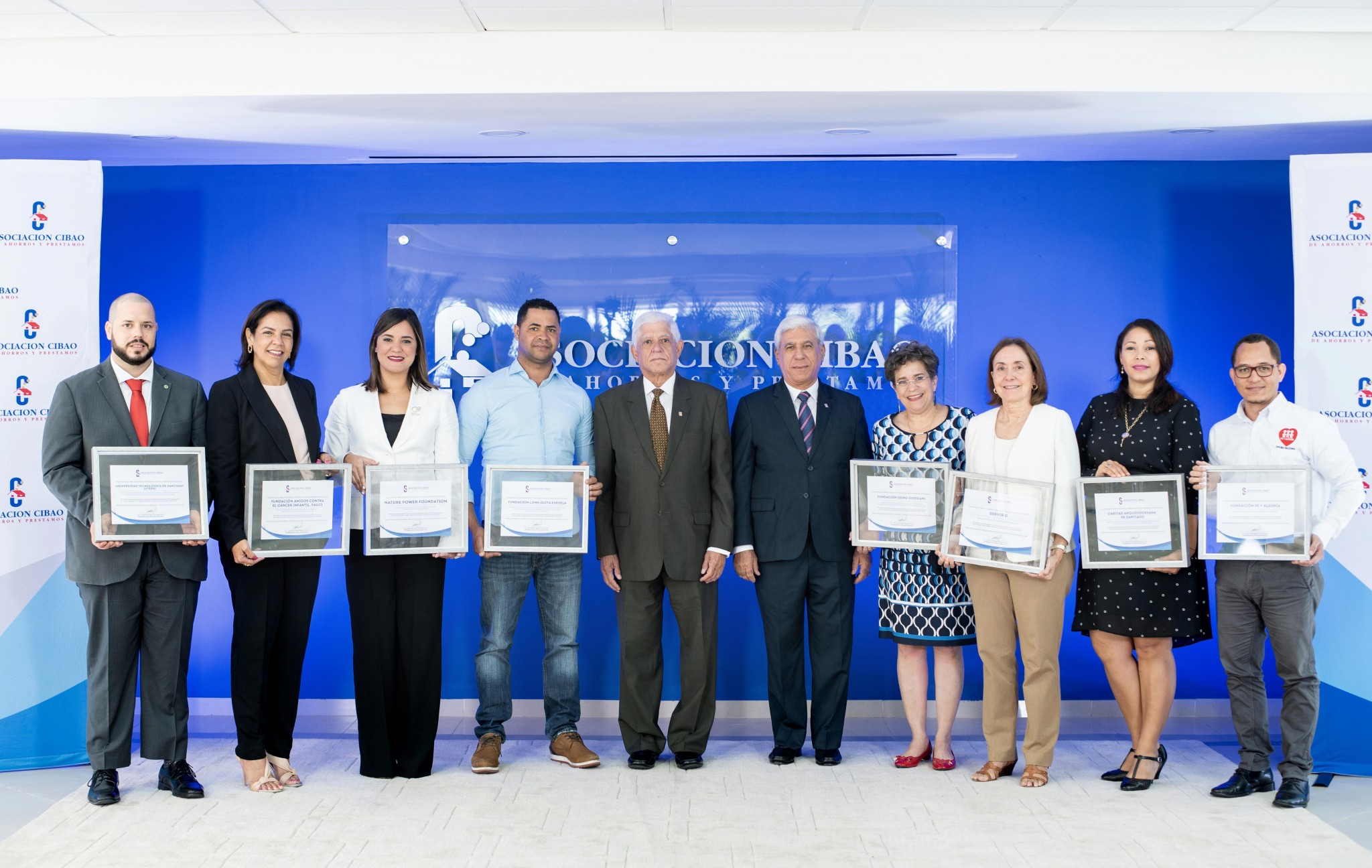 José Santiago Reinoso y Rafael Genao (centro), acompañan a representantes de la ASFL ganadoras de los Fondos Concursables ACAP para el Desarrollo Sostenible 2018-2019.