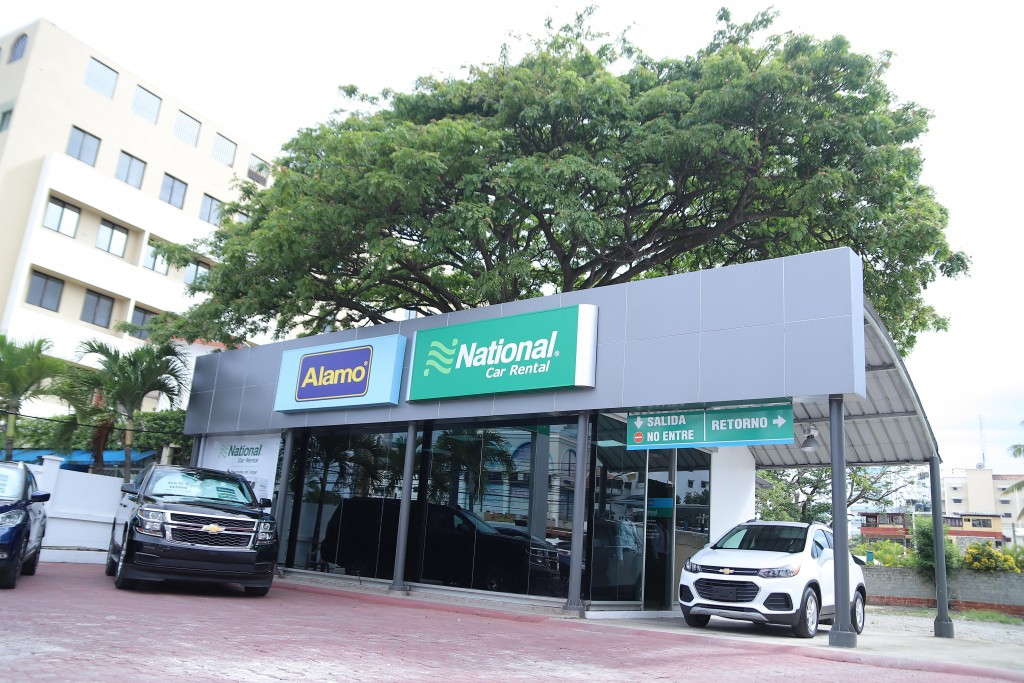 Fachada del nuevo local de National Car Rental y Alamo Rent a Car, en la avenida Lope de Vega