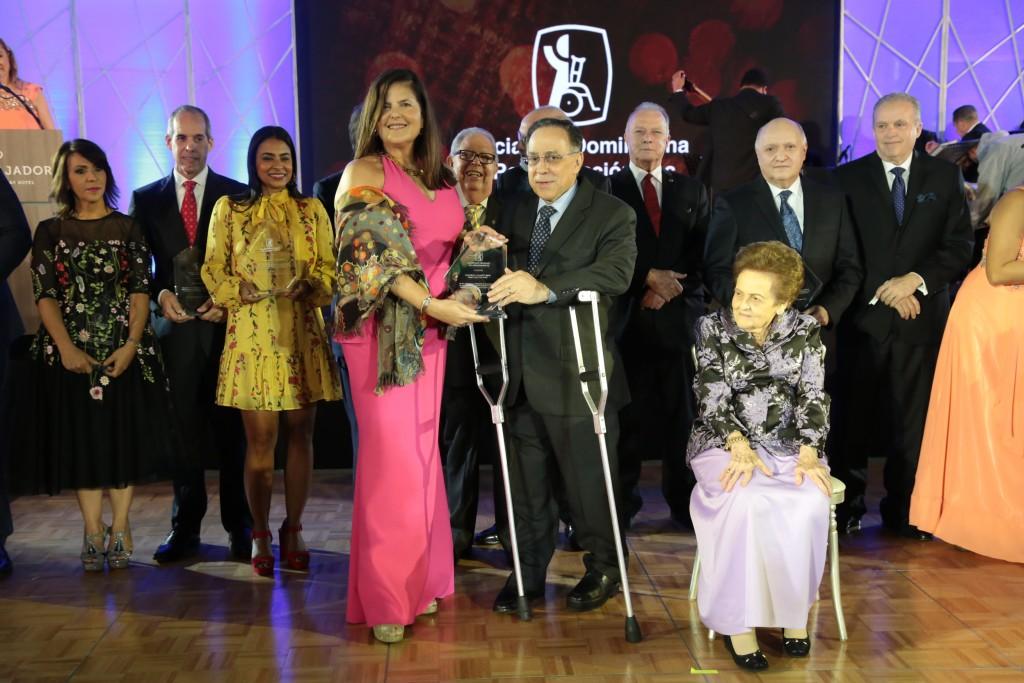 Sonia Villanueva recibe reconocimiento de la mano de Celso Marranzini.