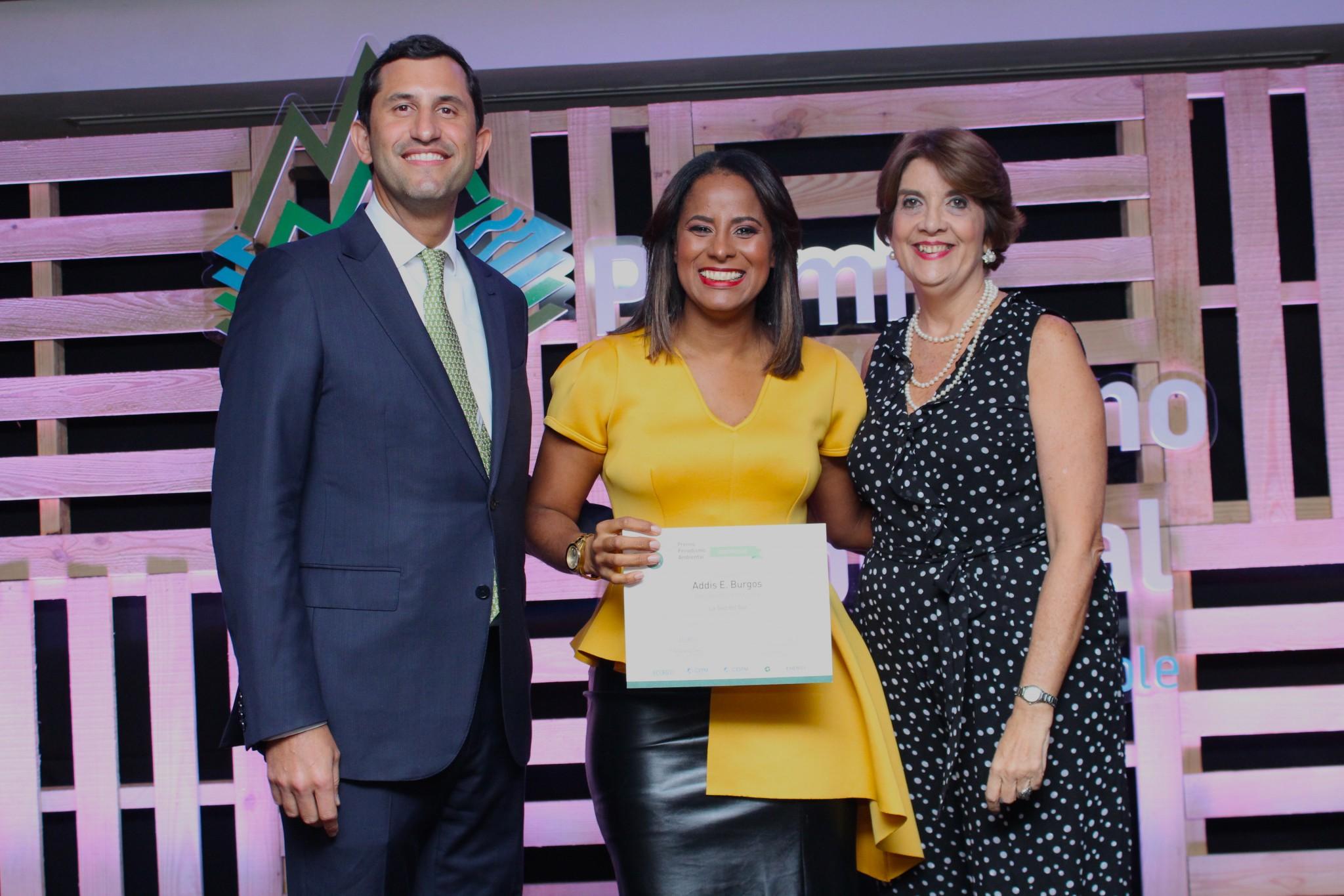 Addis Burgos_ ganadora del primer lugar, junto a Roberto Herrera y Maria Alicia Urbaneja.