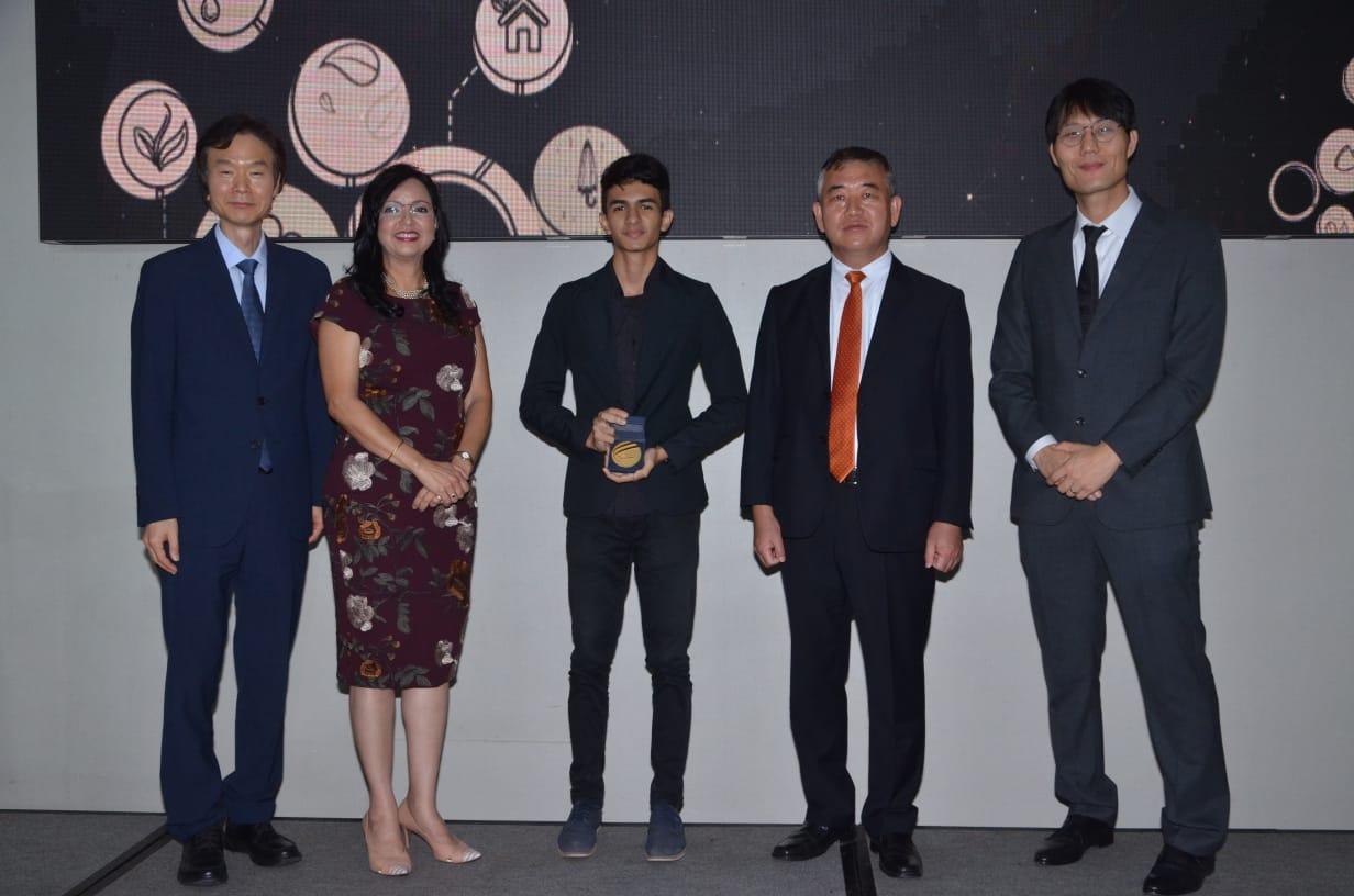 El Sr. Jaewon Bahn, consejero de OMPI, la directora de ONAPI, Sandy Lockward, el ganador del 1er lugar de la Competencia de Tecnología Apropiada, Enmanuel Henríquez, el Sr. Byeong-Yeon KIM, Embajador de Corea en la República Dominicana y el Sr. Won Seok HUH, subdirector de Asuntos Multilaterales de KIPO.