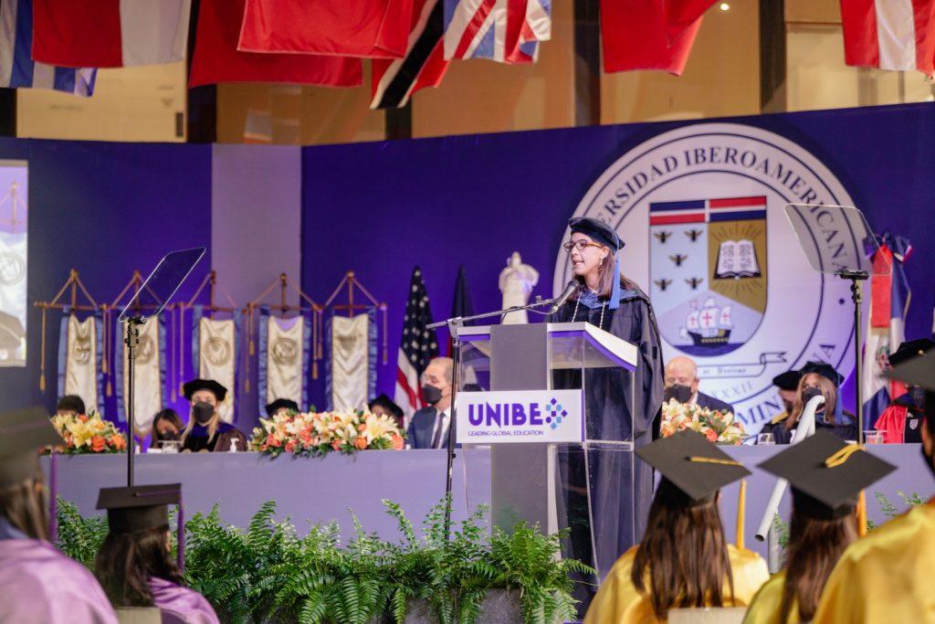 La vicerrectora Académica, doctora Odile Camilo, durante el discurso central de la Quincuagésima Primera Graduación Ordinaria Unibe